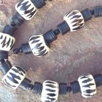 Halskette - Ca. 2cm x2,5cm große Batikperlen, Bein oder Horn aus Kenia, Bakelit Scheiben, ursprünglich aus Europa, jetzt aus Ghana, kleine schwarze Holzperlen