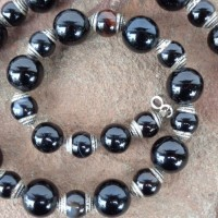 Halskette - Polierte Onyx-Kugeln in 2 Größen, Die kleineren sind in Nepal silbern gefasst worden. Länge: 50 cm Gewicht: 88 g Preis: € 88.-