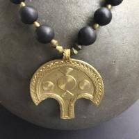 Halskette - Großer Messing-Anhänger der Ashanti, Ghana, Ebenholzkugeln der Dogon, Mali und kleine äthiopische Messingperlen