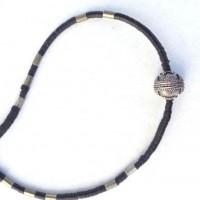 Halskette - Eine kleine traditionelle Silberperle ,turkmenisch-afghanisch, wird von Mini- Bakelit-Scheiben umgeben,- die ursprünglich aus Europa, jetzt aus Ghana kommen; Metall-Röhrchen