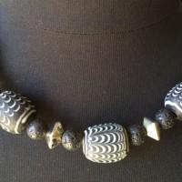 Halskette - 9 Pelangi-Perlen, Glas, nach mittelalterlichen, islamischen Originalen auf Java hergestellt, schwarze Lava-Kugeln und versilberte Keramik- Elemente, Griechenland