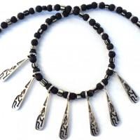 Halskette - 7 versilberte Anhänger mit einer Kokopelli-Darstellung, schamanisches Symbol der Anasazi im Südwesten der USA; schwarz-weiße kleine Handelsperlen aus Murano, Lava