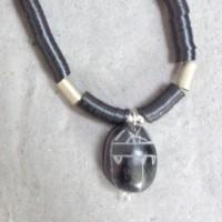 Halskette - Schwarzer Scarabäus, Glücksbringer, Ägypten ,an einer Kette aus kleinen Bakelit-Scheiben, Handelsperlen, ursprüngl.aus Europa, jetzt aus Ghana