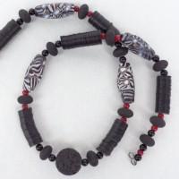 Halskette - Schwarz-weiße Millefiori-Perlen aus Java, schwarze Lava, Phillippinen und schwarte Bakelit - Scheiben, ursprünglich aus Europa, jetzt aus Ghana
