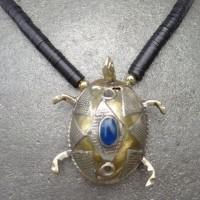 Traditionelle, turkmenische Schildkröte, Silber mit Feuervergoldung, kleine. schwarze Bakelit – Scheiben, ursprünglich aus Europa. Jetzt aus Ghana