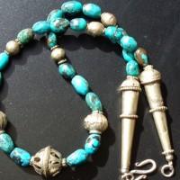 Traditionelle, alte Silberelemente aus Indien und ovale Perlen aus dunklem Türkis