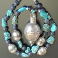 Großes, traditionelles und altes Silberelement, Turkmenistan, 4 große, alte Silberperlen, Afghanistan, Türkise und matte Onyx Perlen