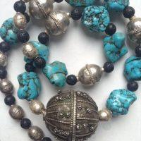 Alte, traditionelle Silberkugel aus dem Jemen,( Silber von eingeschmolzenem Maria – Theresia – Taler) Türkise (oder Magnesit?), alte äthiopische Silberperlen , schwarze Lava