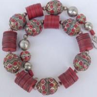 7 traditionelle, alte turkmenisch – afghanische Kugeln mit Korallen(?) Einlagen und Alterspatina, weinrote Bakelit Scheiben, Handelsperlen, ursprünglich aus Europa, jetzt aus Ghana