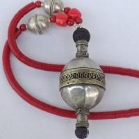 Sehr großes, altes Silberelement aus Turkmenistan und zwei Silberovale aus Äthiopien an einer Kette aus roten Bakelitscheiben, Handelsperlen, ursprünglich aus Europa, jetzt aus Ghana