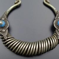 Aus Kamerun ein Halsring?, ein Beinschmuck? Jedenfalls alt und authentisch, aus Metall und 2 blauen Steinen