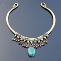 Halsring aus Pakistan(?) , Messing, ein größerer Türkis und kleine hellblaue Steine