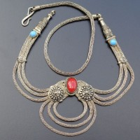 Silberkette mit rotem und 2 blauen Steinen aus Nepal