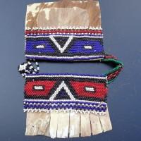 Traditionelle Perlenarbeit der Ndebele, Südafrika, vermutlich Teil eines Lendenschurzes für Kinder. Kleine Glasperlen aus Böhmen und Ziegenfell