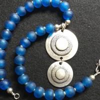 Blaue Glasperlen aus Java und ein versilberter Doppelanhänger, Anatolien