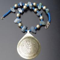 Großer silberner Anhänger aus Marokko, unpolierte Lapis Lazuli in freien Formen, blaue Lava, Italien und silberne Kugeln aus Äthiopien