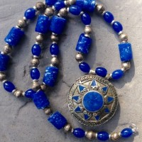 Großer runder Anhänger mit Lapiseinlagen der Turkmenen in Afghanistan, blaue Achate, blaue Glaszylinder der Krobo, Ghana, äthiop. Silberelemente