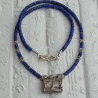 Sehr kleine Lapis Lazuli und einige silberne Scheiben führen zu einem alten äthiopischen Amulett
