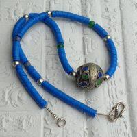 Kleine blaue Bakelit Scheiben, ursprünglich aus Europa, jetzt aus Ghana, eine traditionelle Berberperle, Marokko, kleine versilberte Perlen, Anatolien