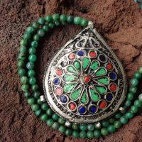 Großer nach traditionellen Mustern neu gearbeiteter Anhänger aus Marokko an einer Kette aus afrikanischen Jadeperlen