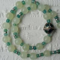 Afghanische Mittelperle mit grünen Einlagen; chinesische Serpentine und grüne Glasperlen