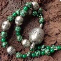 Großer, antiker Silberanhänger aus Turkmenistan, 6 große Silberperlen aus Afghanistan; Majapahitperlen – Kopien mittelalterlicher Vorbilder – aus Java und chinesische Jade
