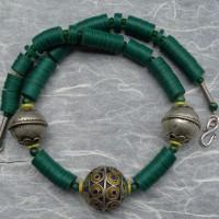 Grüne Bakelit Scheiben, ursprünglich aus Europa, jetzt aus Ghana, umspielen 3 traditionelle Silberkugeln der Berber, Marokko