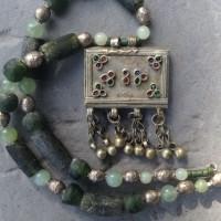 Orientalischer Nomadenanhänger; grüne Glasquader der Krobo, Ghana; Jadeperlen und äthiopische Silberelemente
