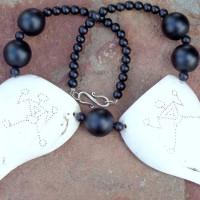 """Zwei große Teile einer """"Sacred Conch Shell"""" (Koncha Muschel) mit schamanischen Ritzzeichen , Himalaya, Onyx Kugeln in zwei Größen"""