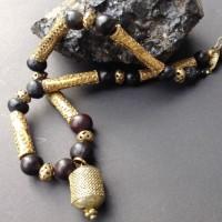 Antikes Amulett, Herkunft unbekannt, goldene Metall-Zylinder aus Äthiopien, Gebetsperlen von einem Bodhi Baum aus Thailand