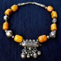Altes Amulett und Silberelemente aus Marokko und afrikanische Bernsteine, alt und wertvoll, wenn auch von Menschen gemacht