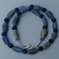 Sehr alte blaue Glasovale, nach Händlermeinung aus römischen Zeiten, und blaue Lavaperlen aus Italien