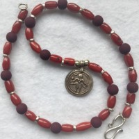 Dunkelrote Bambuskorallen, violette Lavakugeln, zartes indisches Amulett