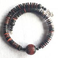 Traditionelle Cinnebar Kugel ,China- das Schriftzeichen bedeutet Glück, Freude- und schwarze und einige rote Bakelit Scheiben, ursprünglich aus Europe, jetzt aus Ghana