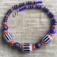Alte Chevron Perlen, Murano, blaue Glasperlen aus Java und rote Bambuskorallen