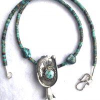 Traditioneller Navajo-Anhänger und Türkise