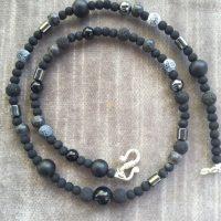 Diverse kleine schwarze Halbedelsteine
